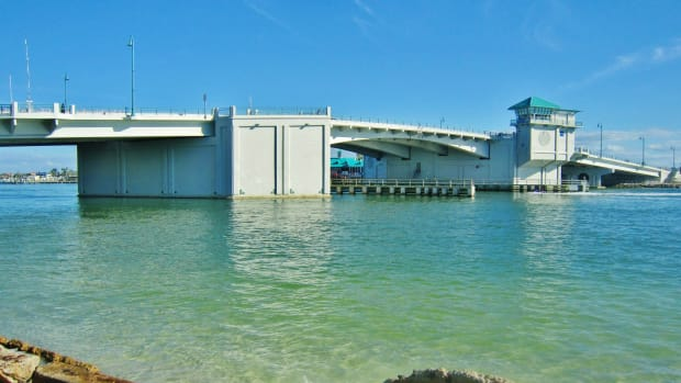 Bridge_crossing_over_John's_Pass,_Madeira_Beach,_Florida._Le_pont_levant_traversant_la_Passe_-_panoramio