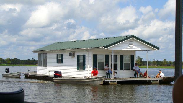 Lake_Bigeaux_houseboat