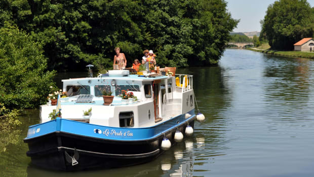 """The name of this liveaboard canal boat translates into """"Water Hen."""""""