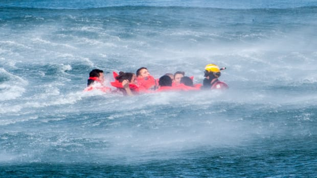 Medical_students_take_to_the_water_to_learn_about_hypothermia_150407-G-NW142-051