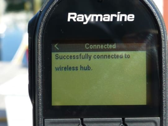 raymarine-ray90-wireless-connected-cPanbo-520x390