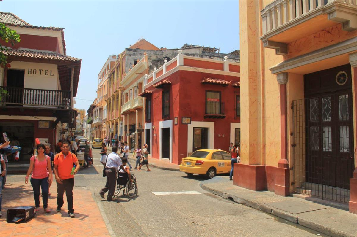A typical street scene in Cartagena.