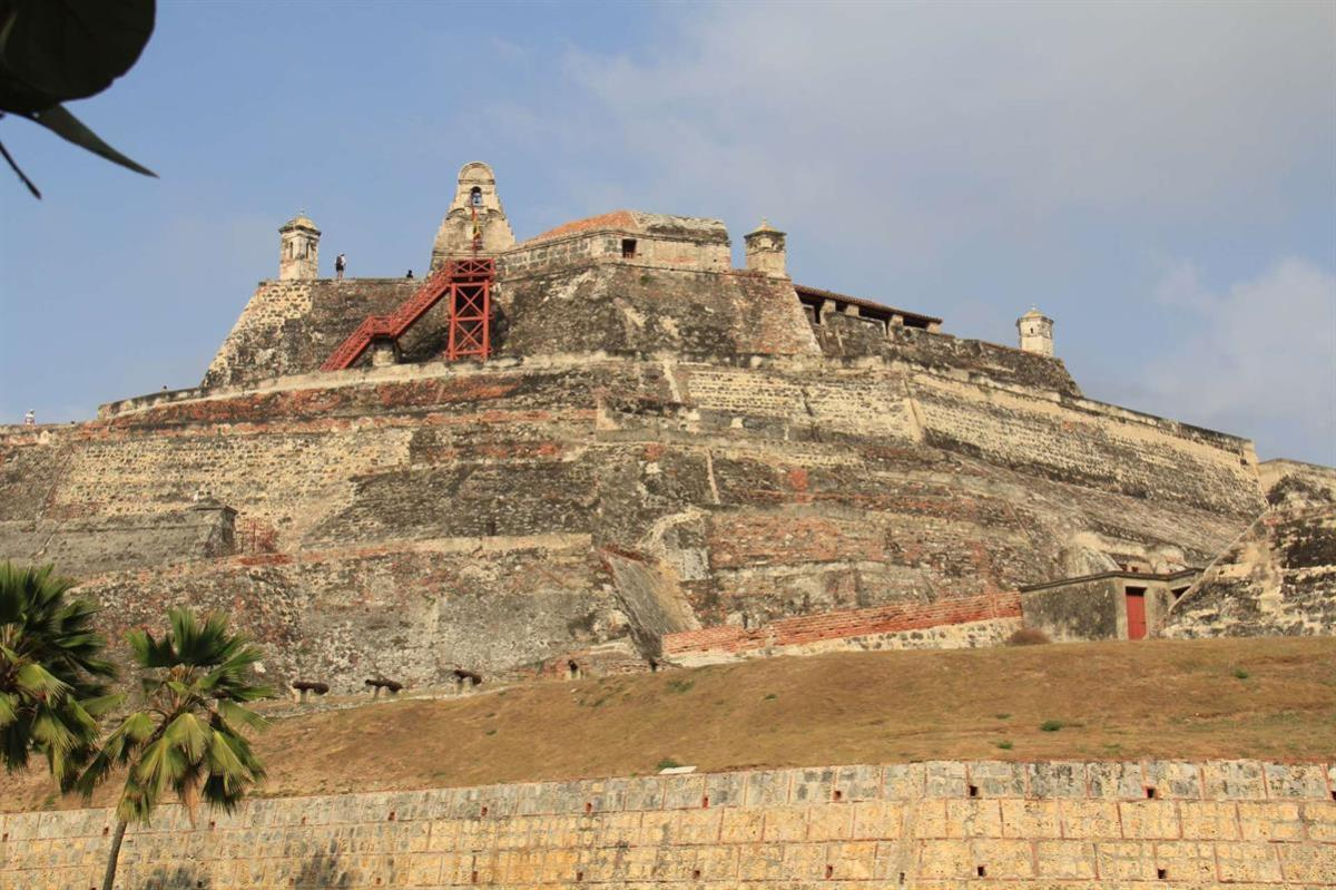 A wider view of Castillo de San Felipe de Barajas.