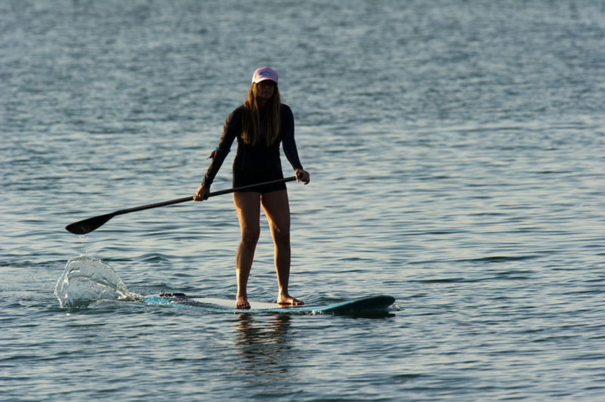 800px-Woman_stand_up_paddle_surfing