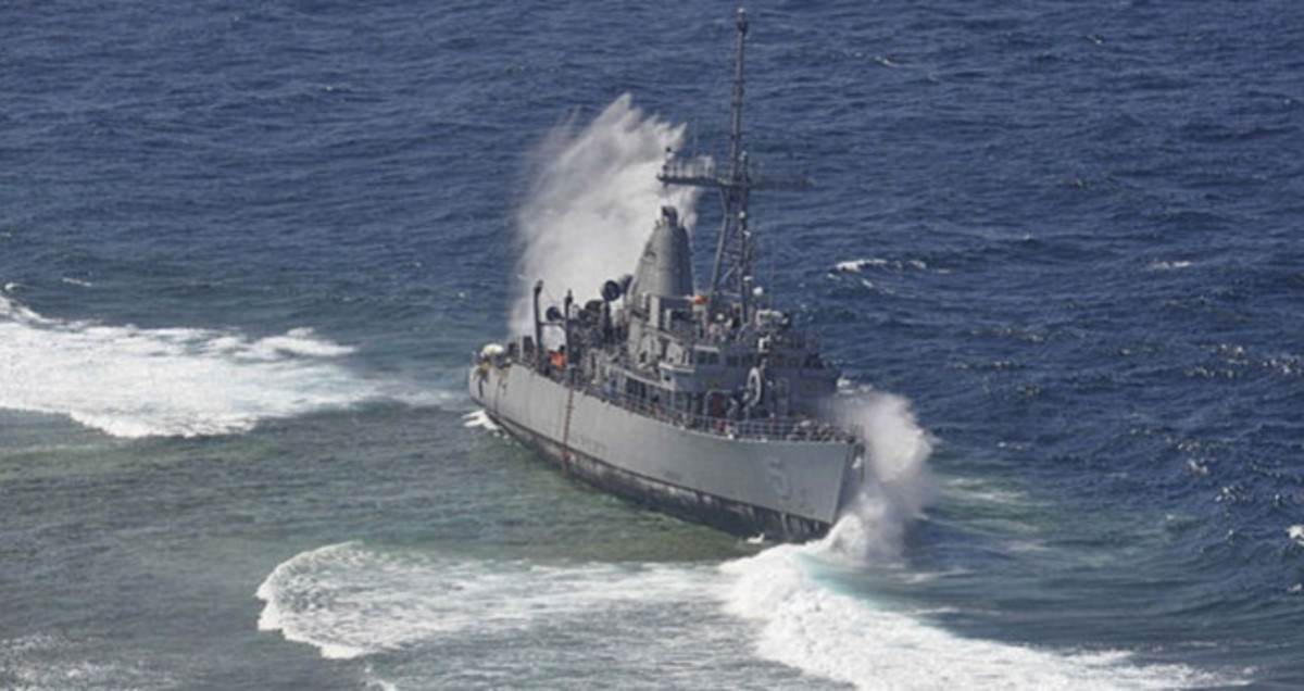 USS_Guardian_being_struck_by_a_wave_while_aground
