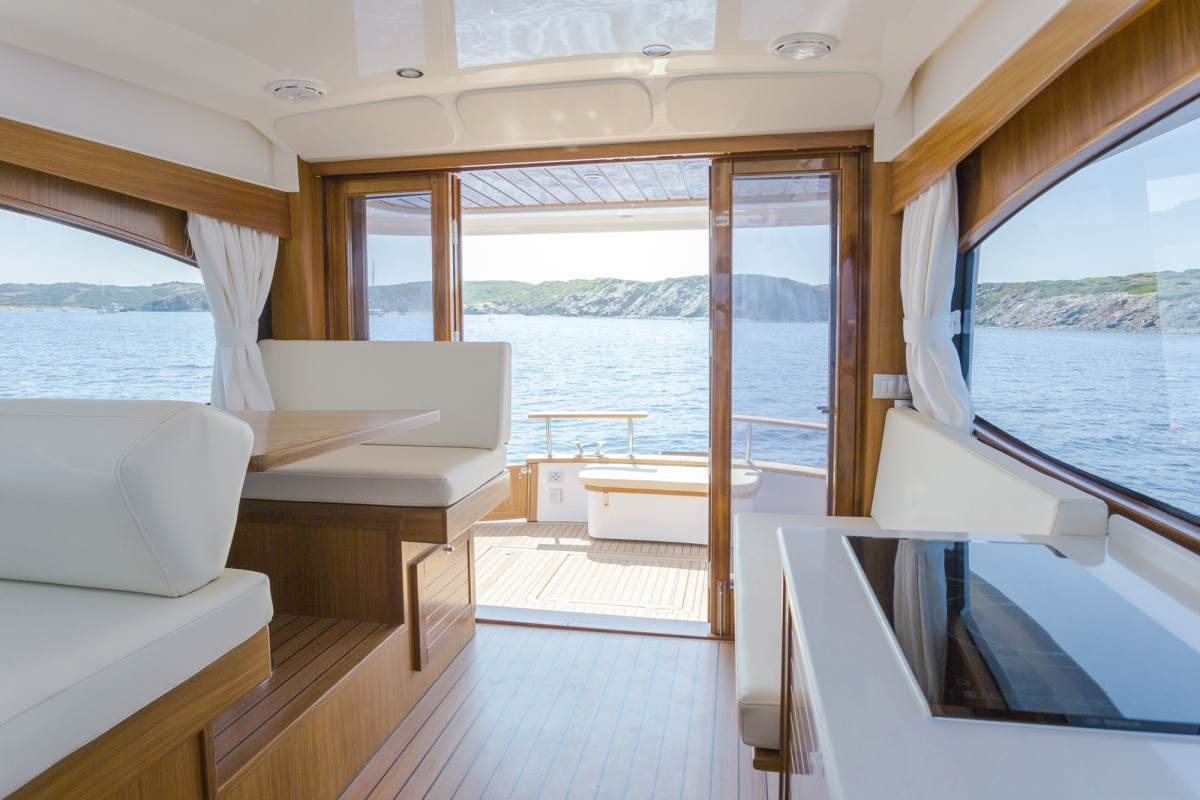 Double-folding doors and a continuous level lead to a spacious feeling on board, even with walkaround side decks.