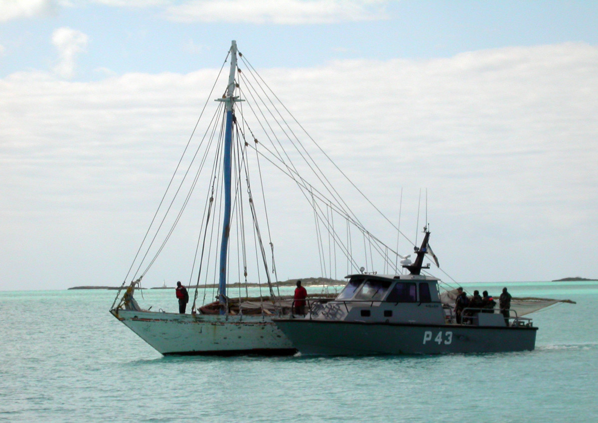 Bahamian coast guard capture a boat suspected of smuggling.