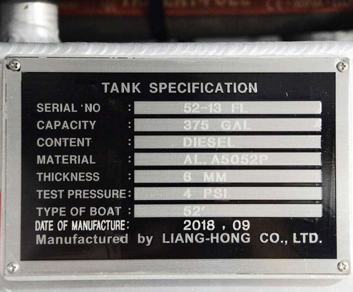 According to ABYC standards, every tank must have an identification plate. This plate tells us that the builder used the proper alloy (5052), the correct thickness (6 mm) and pressure tested the tank to 4 psi.
