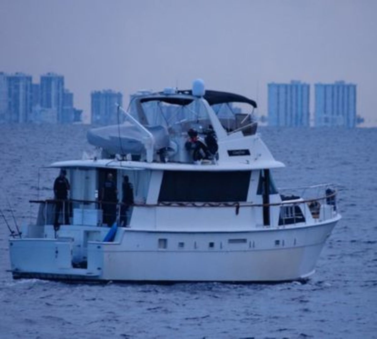 Hatteras 70 caught allegedly smuggling Chinese nationals without proper paperwork