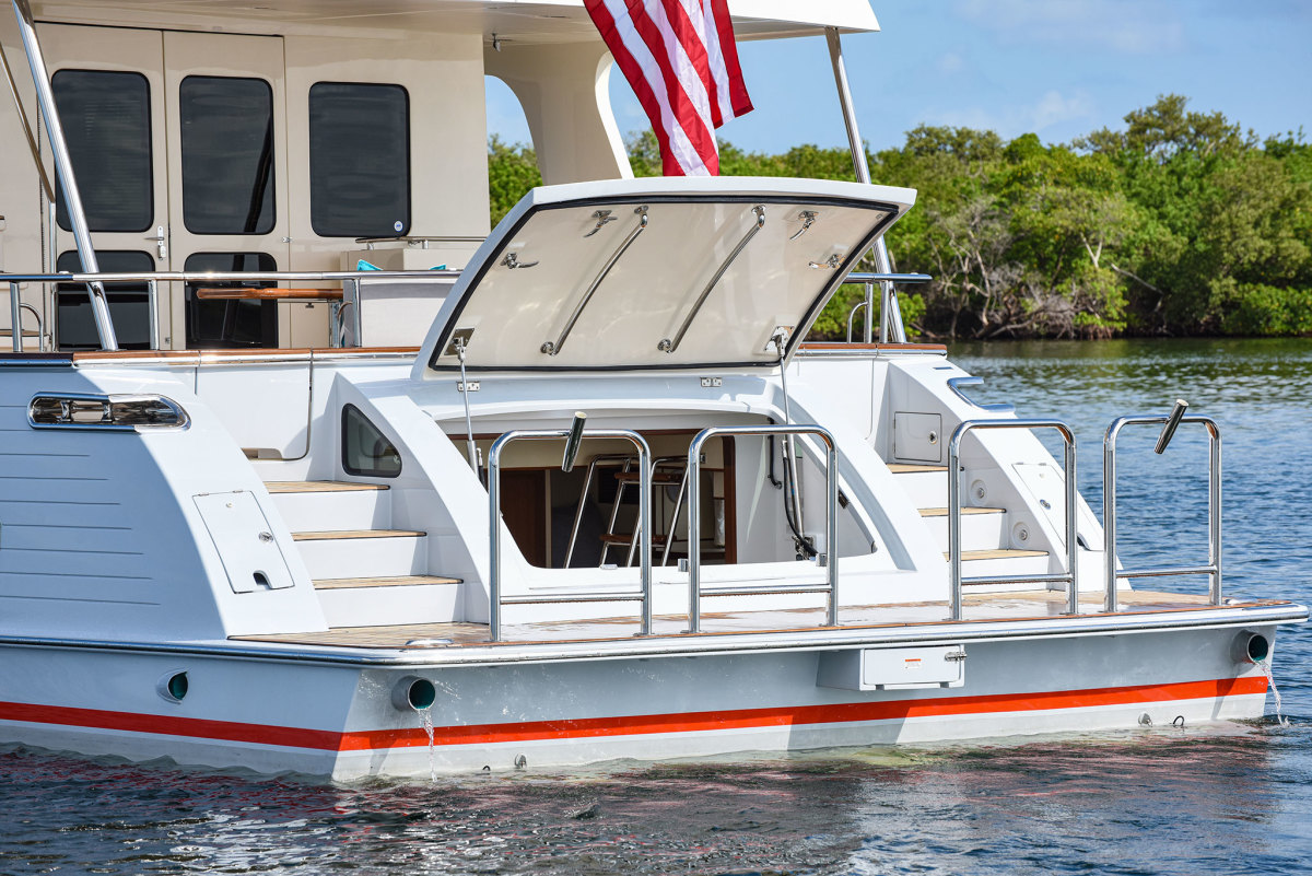 When fully opened, thehydraulically opening transom door acts as an awning over the swim platform.
