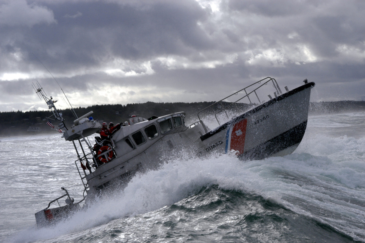 us-coast-guard-uscg-47-foot-motor-lifeboat-mlb-47268-breaks-a-wave-during-a-b02124-1600